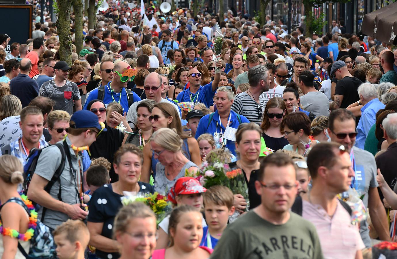 De intocht van de avondvierdaagse in Veenendaal.