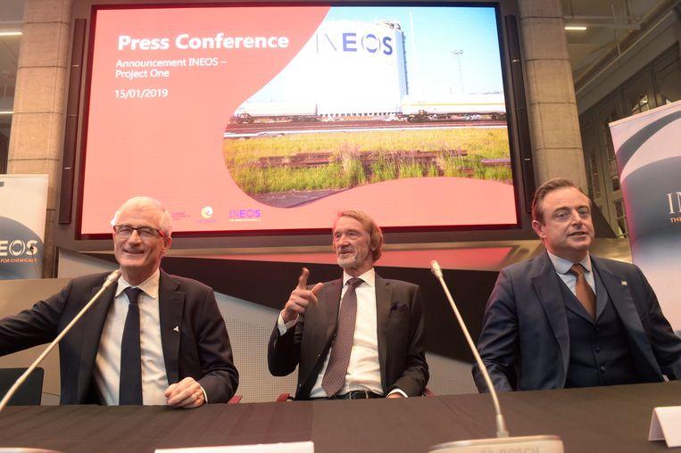 Minister-president Geert Bourgeois, voorzitter van de INEOS Group Sir Jim Ratcliffe en burgemeester Bart De Wever maakten de overeenkomst bekend.