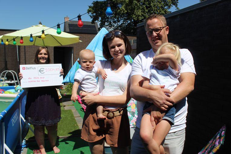De familie Lommens kwam naar Sint-Laureins met een cheque voor Sofie D'Hondt van vzw Kleine Held.