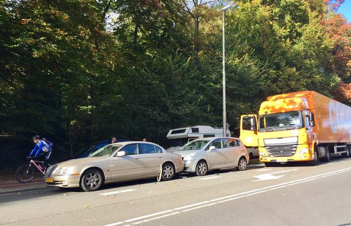 Een vrachtwagen is zaterdag achterop twee botsende auto's gereden.