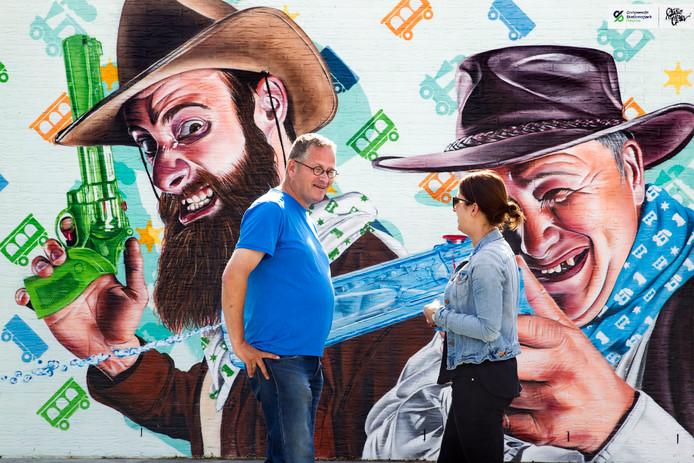 Michel Lintermans (links) is één van de initiatiefnemers van de graffitiwand in Deurne.