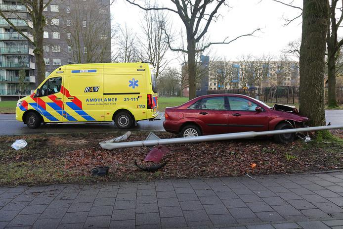 Auto ramt lantaarnpaal en boom in Oss