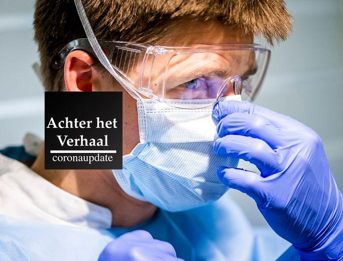 Een verpleegkundige maakt zich gereed om bij een coronapatient naar binnen te gaan op de verpleegafdeling voor coronapatienten van het HMC Westeinde ziekenhuis in Den Haag.