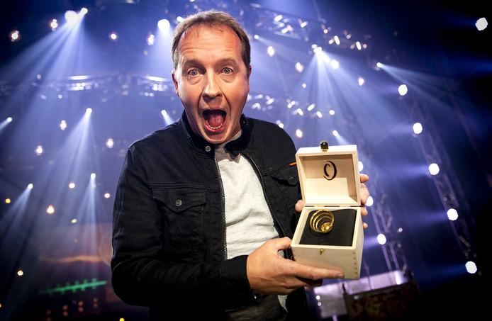 Edwin Evers met zijn Gouden Radio 2018 tijdens het Gouden RadioRing Gala 2018.