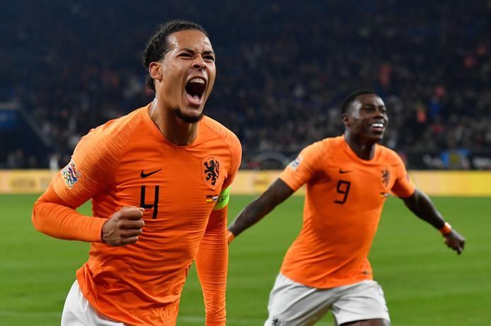 Virgil van Dijk viert zijn gelijkmaker (2-2) tegen Duitsland. Ondanks de remise in Gelsenkirchen wil Oranje de Duitsers in de EK-kwalificatie liever ontlopen.