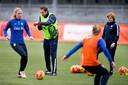 Op het trainingsveld met de vrouwen van Oranje in 2016. Rechts Sarina Wiegman, toen nog zijn assistent.