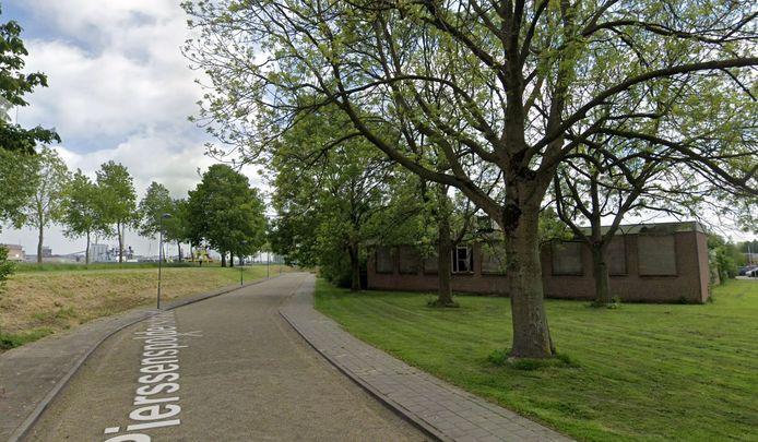 Beoogde nieuwbouwlocatie woonzorgcentrum aan de Pierssenspolderstraat in Sluiskil, met rechts het verpauperende vroegere waterschapslaboratorium, links de dijk van het Kanaal Gent-Terneuzen.