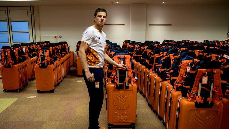 Sven Kramer krijgt zijn Olympische outfit uitgereikt in Hotel Papendal voorafgaand aan de teamoverdracht voor de Olympische Winterspelen van Pyeongchang, begin januari. Beeld anp
