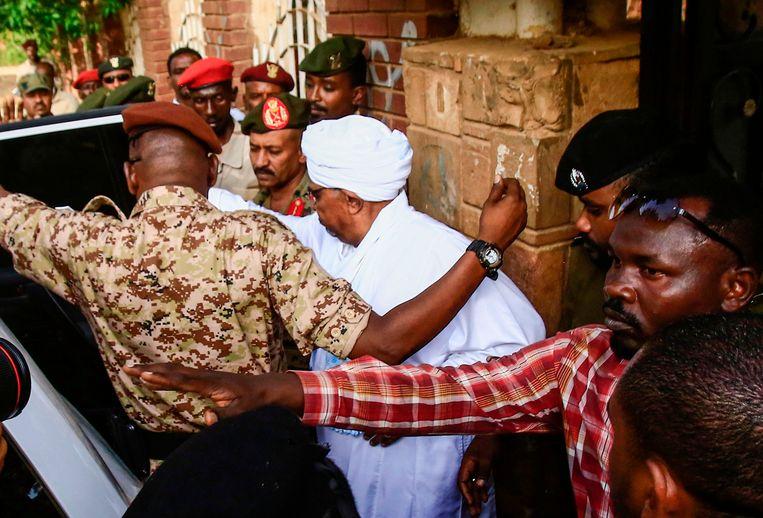 Het is voor het eerst dat Al-Bashir in het openbaar verscheen sinds hij in april is afgezet.