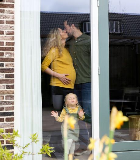 Krystle (37) maakt bijzondere foto's van gezinnen achter het raam tijdens coronacrisis