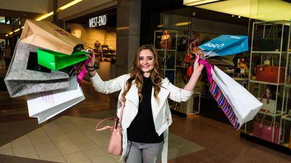 Vier weken shoppen voor 1.500 euro: leukste vakantiejob van 't land is voor Sofie