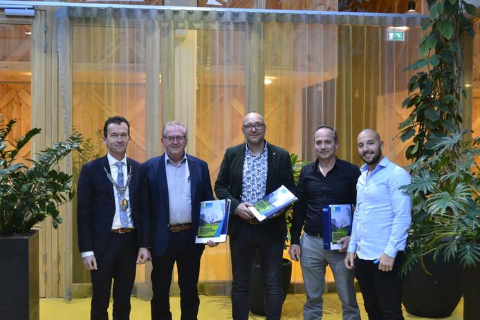 Luciën van Riswijk (links), burgemeester van Zevenaar, met de ondernemers die naar Zevenaar verhuizen.