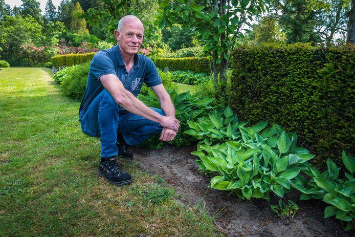 Beheerder Alwie Huisman van de Westerbegraafplaats bij het naamloze grafje AK41, waar ongeïdentificeerde stoffelijke resten uit het rampgebied zijn begraven.