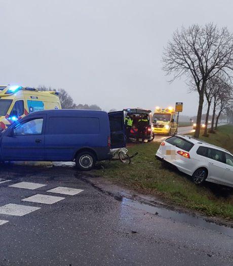 Auto eindigt in de greppel bij Hasselt na botsing: andere automobilist met letsel naar het ziekenhuis