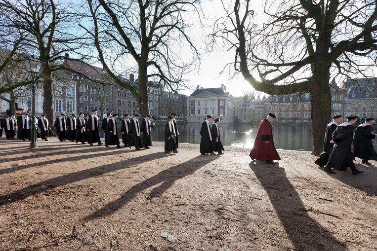 Cortege, een officiële tocht in toga, naar het Spui in Den Haag via de Hofvijver voor een bijzondere academische zitting. Den Haag, 2011. Beeld Martijn Beekman
