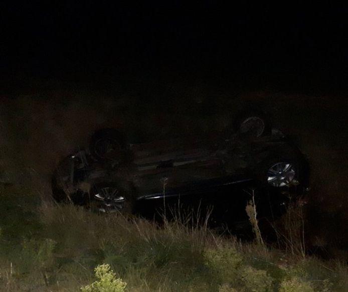 De politie trof het voertuig van de vrouw ondersteboven in de sloot aan.