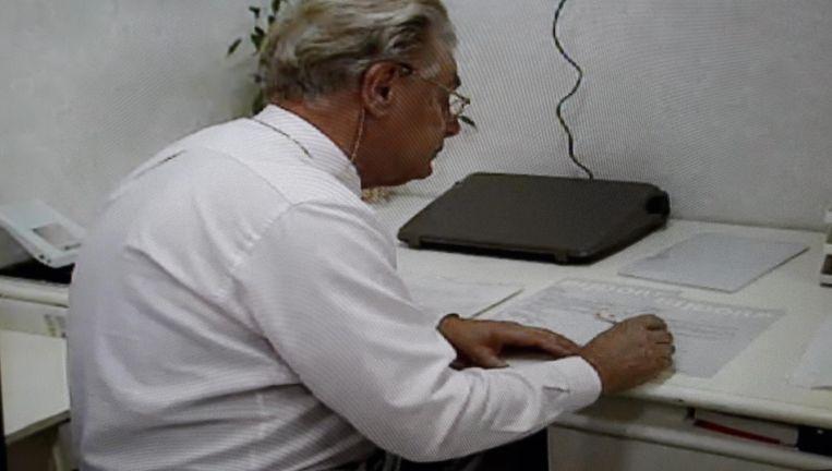 Jan Karbaat in zijn praktijk. Beeld Zwart zaad