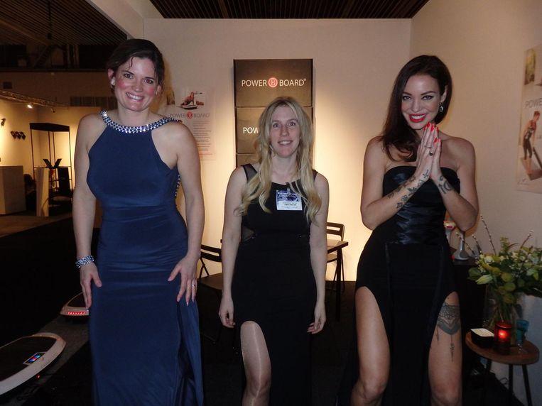 Personal trainer Claudia den Tuinder, Sophie Hooftman (Casada) en actrice/filmmaker Dorien Rose Duinker, trillend op de Power Board. 'Heerlijk, die wil ik thuis ook wel.' Beeld Schuim