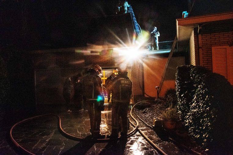 De brand in de Gebuurweg in Wichelen ontstond in een schouw in een bijgebouw van de woning.