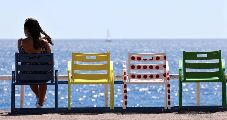 De stoeltjes op de Promenade des Anglais zijn in kenmerkende kleuren geverfd. Beeld AFP