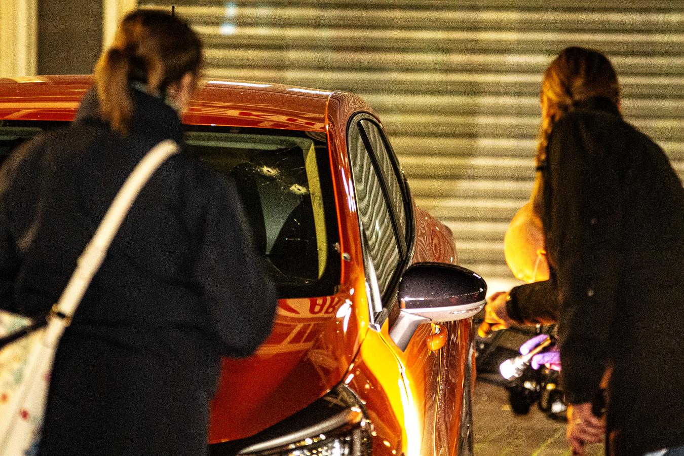 Twee kogelgaten in de voorruit van een beschoten auto.