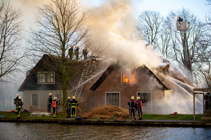 Bij grote branden, zoals in 2013 aan de Vriezekoop in Leimuiden, blijft de brandweer gewoon met zes man uitrukken.