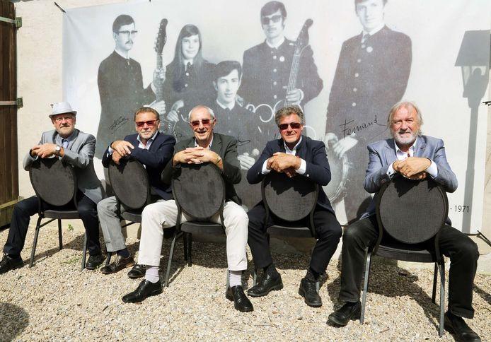Luc Maenhout, Carlos Roesbeke, Raoul De Clercq, Ignace Neerman en Fernand Neerman, de leden van Starfighters voor de spandoek. Daarop staat Huguette De Keyser (tweede links), zij verving destijds Carlos Roesbeke.