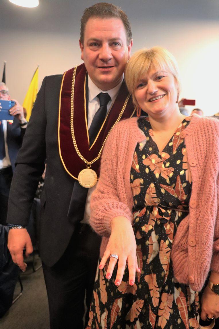 Severine Christiaens toont trots haar verlovingsring.