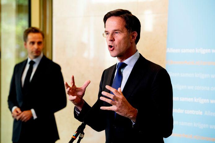Minister Hugo de Jonge van Volksgezondheid, Welzijn en Sport (CDA) en Premier Mark Rutte op het ministerie van Veiligheid en Justitie na afloop van een eerder overleg over de coronacrisis.