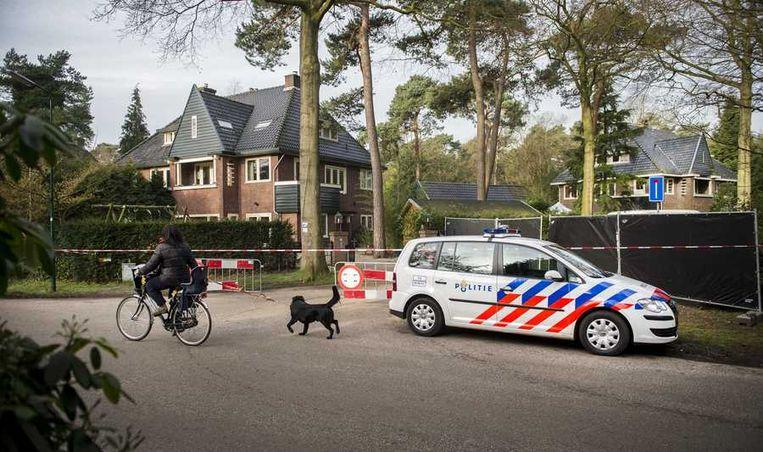 Forensische experts van de politie en het Nederlands Forensisch Instituut (NFI) analyseren sporen die in de afgelopen twee weken zijn gevonden in en bij de garage van oud-minister Els Borst. Beeld anp