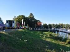 Vrouw flink gewond na val van steiger bij pannenkoekenboot in Woudrichem