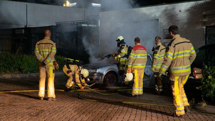 Een geparkeerde auto op bedrijventerrein Bergweide in Deventer is vannacht uitgebrand.