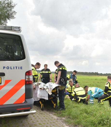 Oudere man rijdt met scootmobiel in sloot bij Prinsenbeek