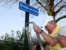 Legendarische vrijwilliger Sietse heeft zijn eigen bordje bij vv Spui