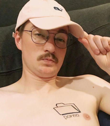 Bram Krikke bereikt 500.000 likes en moet bizarre tattoo zetten: 'Ik kan niet meer terug'