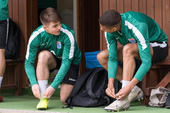 Gabi Caschili (links) en Daijiro Chirino kregen tijdens het trainingskamp de kans om te trainer met de hoofdmacht van PEC Zwolle.