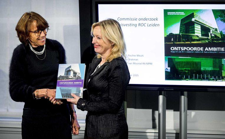 Pauline Meurs (L) van de onafhankelijke commissie onderzoek huisvesting ROC Leiden biedt het rapport aan minister Jet Bussemaker van Onderwijs, Cultuur en Wetenschap. Beeld anp