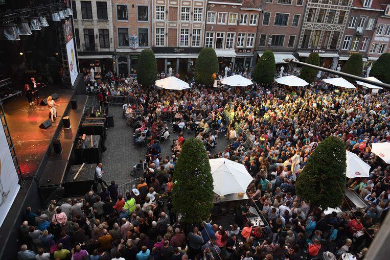 Leive Vloms laat al enkele jaren de Oude Markt volledig vol lopen met fans van het Vlaamse lied.