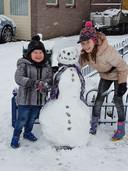 Ook deze twee hebben goed hun best gedaan met het maken van een sneeuwpop!