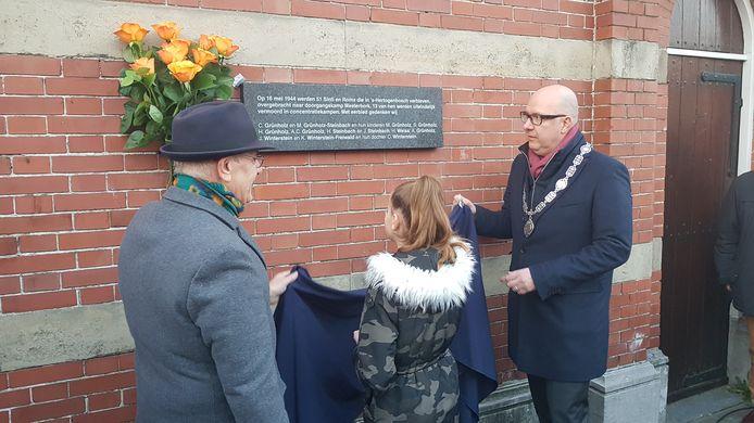 Pawo Winterstein (links) kinderburgemeester Kaleisha en burgemeester Jack Mikkers onthulden de plaquette