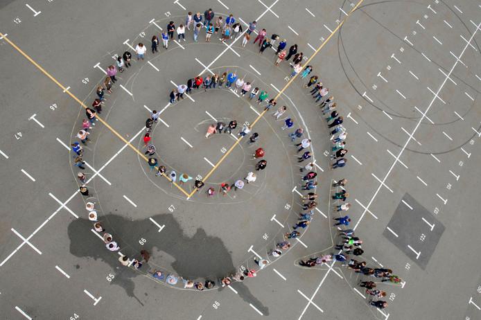Bij de aftrap van de nieuwe wijkteams van de gemeente gingen vijf jaar geleden 150 medewerkers op de foto.