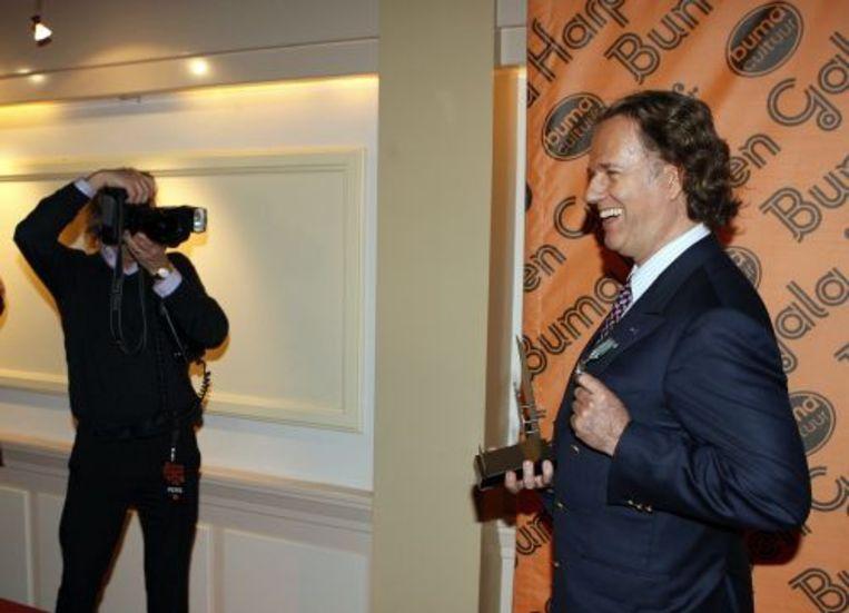 Muzikant André Rieu (R). Hij heeft dinsdag de erepenning met bijbehorende oorkonde van de provincie Limburg gekregen. ANP Beeld