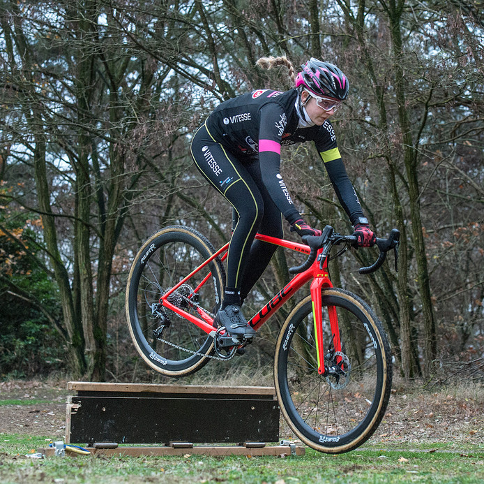 Veldrijdster Aniek van Alphen (18) uit Hapert neemt de balken al rijdend.