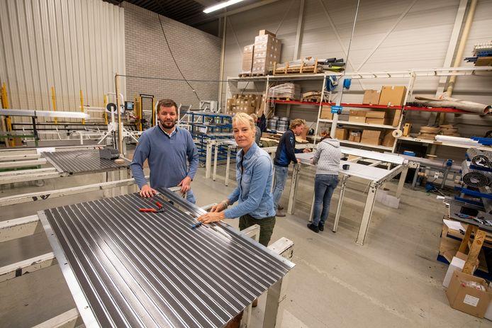 ABI-directeur Thijn Slettenhaar en serveerster annex tijdelijk monteur Monica Egberts in de productiehal.