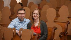 Amerikaans koppel trouwt met kartonnen silhouetten als genodigden