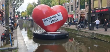Gemeente verwijdert drijvende harten uit de Wallen