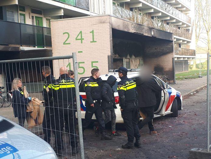Een verdachte wordt aangehouden bij de flat aan het Gelderseplein in Arnhem. Bij een brand in de flat kwamen tijdens de jaarwisseling een vader en zijn zoontje om het leven.