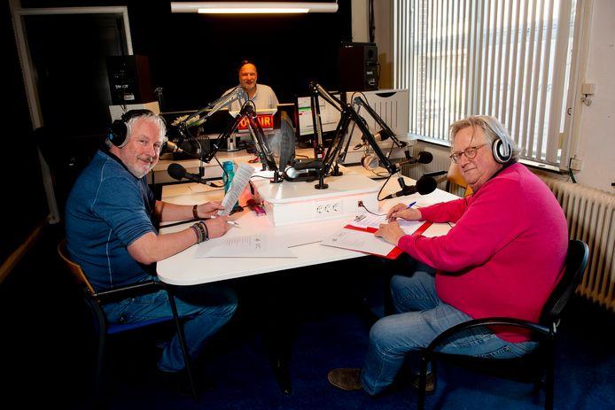 Raymond Lorié (links) en Chris Wolters maken bij Omroep Voorst het programma Hulp uit uw Radio. Harry Peters (midden) verzorgt de techniek.