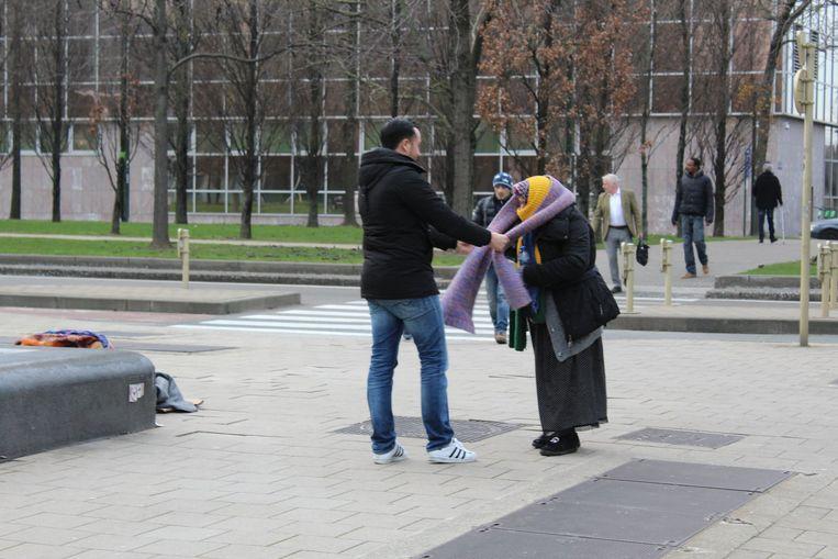 Een vrouw krijgt onder meer een warme sjaal.