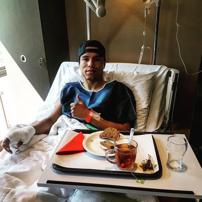 Enrico Lacruz na zijn duim-operatie.
